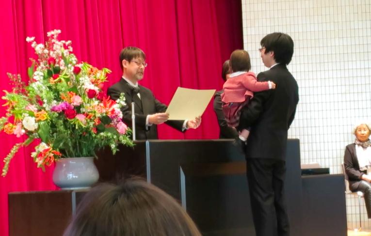 1歳9ヶ月が博士号学位を受領する瞬間(将軍ありがとう) http://t.co/is2onCl3rU