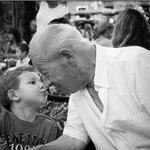 -Abuelo +Dime -Dame un abrazo, date prisa +¿Por qué debería de darme prisa? -Por que mamá está a punto de despertarme http://t.co/hkE3LKjP3p
