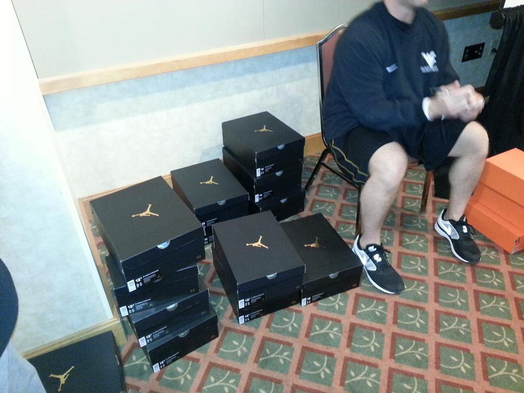 To the victors go the Sweet 16 spoils.  Beat an Under Armour school and Nike sends you a little extra swag. http://t.co/Id4mSBQxsW
