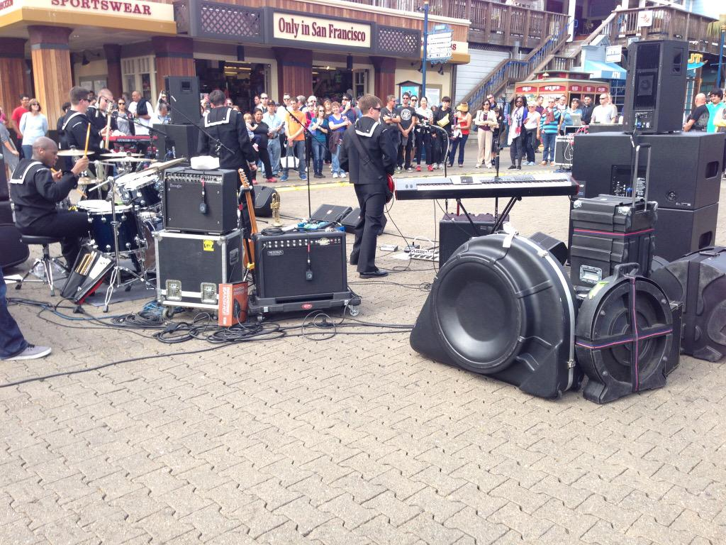 アメリカでとてもギターサウンドの良いバンド見つけてギターアンプのセッティング見たらステージの外側に向けていて納得。PAとの被りも少なくなりアンプの音量も出せるし良いこと尽くめ。RT希望。 http://t.co/m0dlaEbSG3