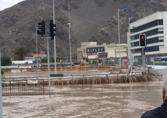 AHORA: Se está desbordando #Copiapo http://t.co/J7j4HJr1DY (@sublimetrk)