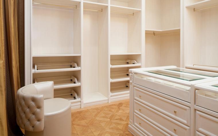 غرفة تبديل الملابس مجهزة بالاثاث الابيض الكلاسكي الحديث ,, #تصميم_داخلي #ديكورات #ديكور_اليوم #السعودية #الرياض #دبي http://t.co/W3bS886f3Z