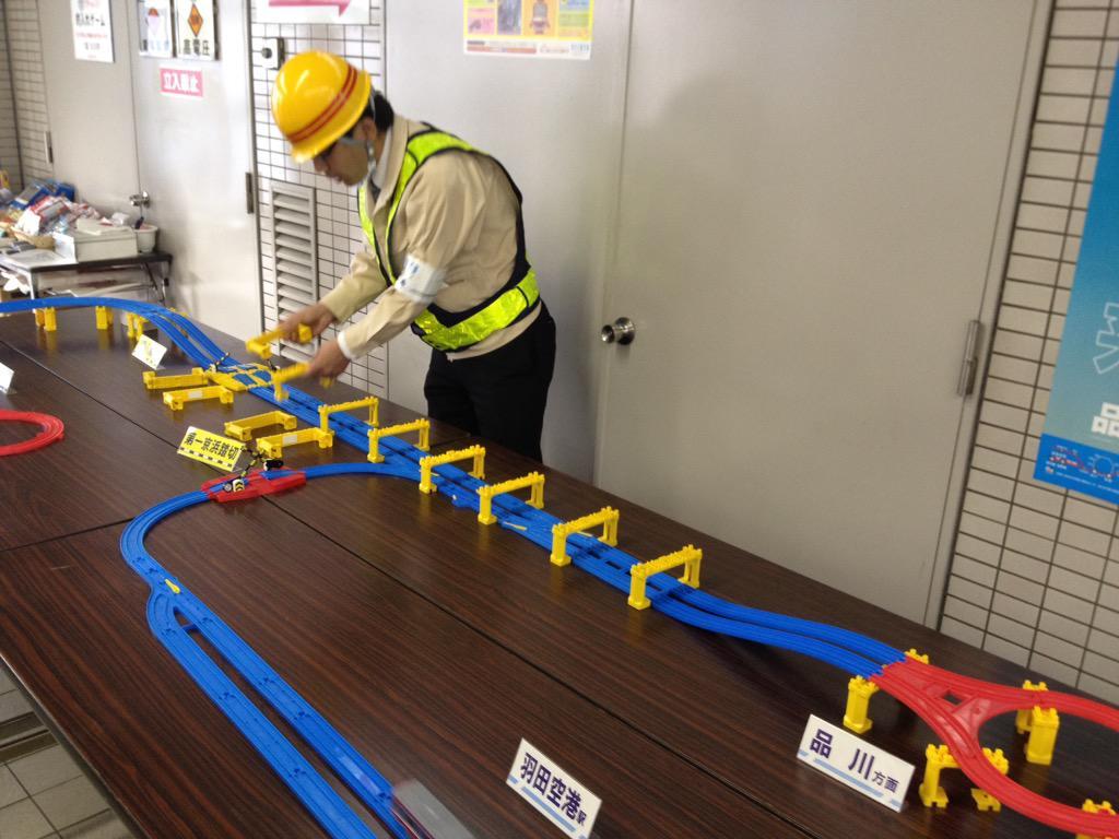プラレールといえば前に京急の鮫洲駅でのイベントで、「電車を止めずにどうやって蒲田要塞を作り上げたか」をプラレールを使って解説してて、とても感心した事が(実演は京急の広報の方で作業服はコスプレとのこと)。 http://t.co/afba7MfSjM