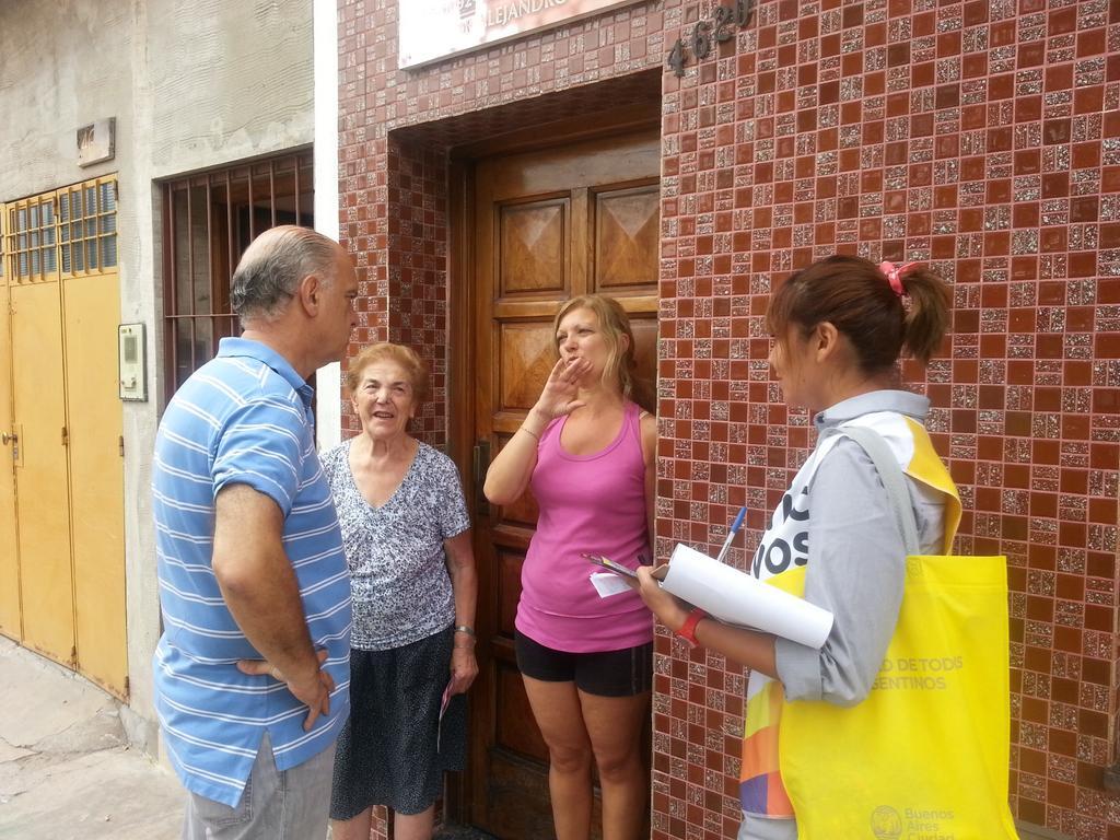 Ahora en Chingolo con el equipo de timbreo conversando con los vecinos #MauricioyVos @proargentina http://t.co/QrUdFRUInI