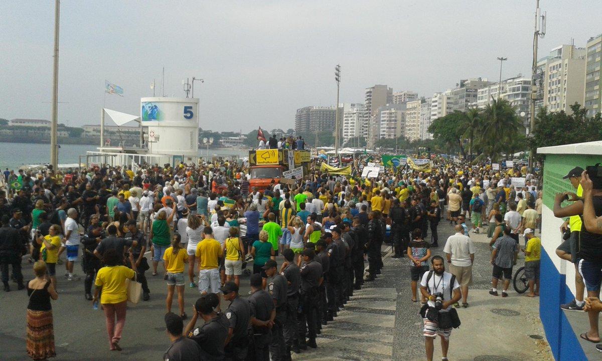 Manifestação contra o governo começa em Copacabana. http://t.co/YYqff1T92C