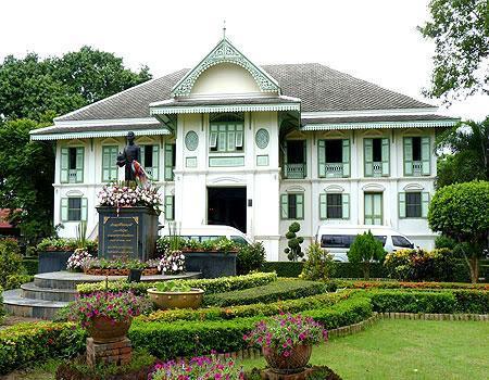 go2Thailand : คุ้มเจ้าหลวงเมืองแพร่เป็นสถาปัตยกรรมสมัย ร.5 มีรูปทรงเป็นแบบสถาปัตยกรรมไทยผส… http://t.co/Yhl8YwFf6a) http://t.co/MSfwH8FP8V