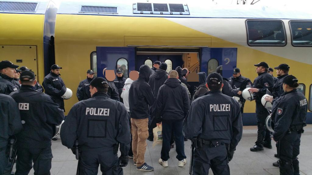 RT @Thomas_BILDde: Gruppe Rechter muss #Hamburg verlassen, mit Polizeibegleitung in Zug Ri. Bremen! http://t.co/ZYDPcm9OGP