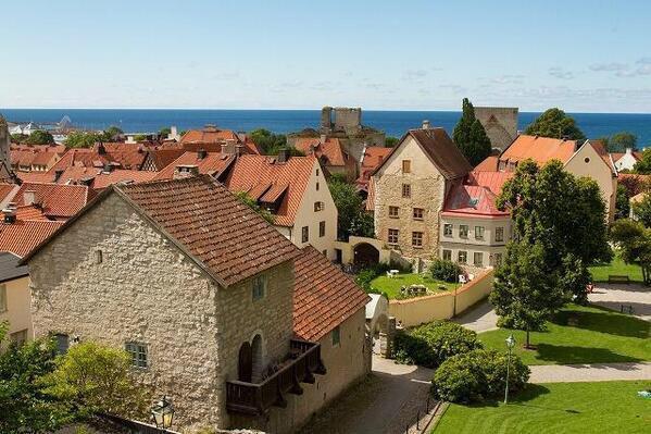 スウェーデン南西部に位置する、バルト海で最も大きな島のゴトランド島にある街「薔薇の都」とも呼ばれていて、ジブリ『魔女の宅