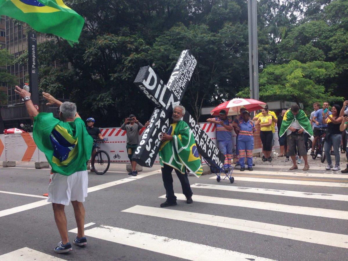 """""""@VejaSP: Homem carregando cruz com a frase """"Dilma, você mentiu para ao povo"""" estampada ganha aplausos e fotos.  http://t.co/ZHi3h0bFQb"""""""