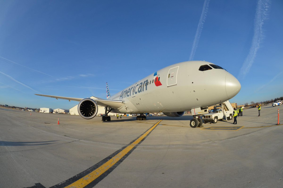 Check out our special visitor from this morning! An @AmericanAir 787! http://t.co/wFTe3kqOBe