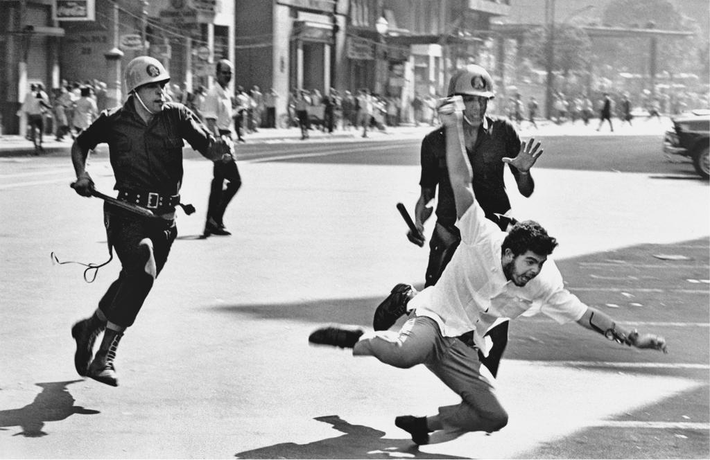 Protesto pacífico pedindo a intervenção militar. Olha, deixa te lembrar uma coisa. http://t.co/Lit0Lu2FAT