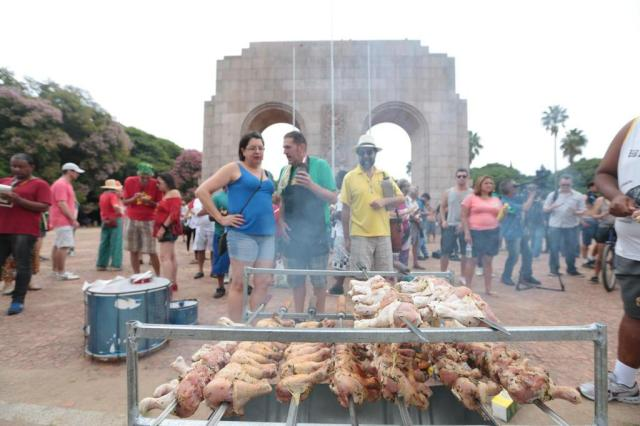 Em apoio a Dilma, grupo assa coxinhas de galinha na Redenção http://t.co/GtSXMwtxuJ #MenosOdioMaisDemocracia http://t.co/0opPKK6lQU