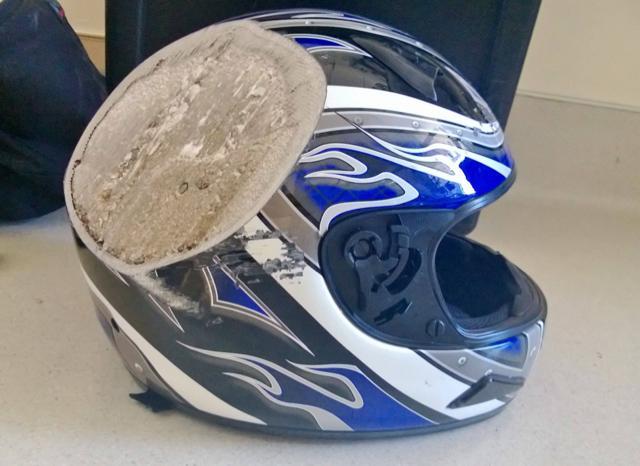 Ce moment où tu réalises qu'un casque peut vraiment te sauver la vie! (Vu sur fb) http://t.co/7b9pceJw1E
