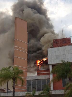 Incêndio atinge o shopping Downtown, na Barra da Tijuca http://t.co/lfsyis5uPx #G1 http://t.co/ZCuWzLfs23