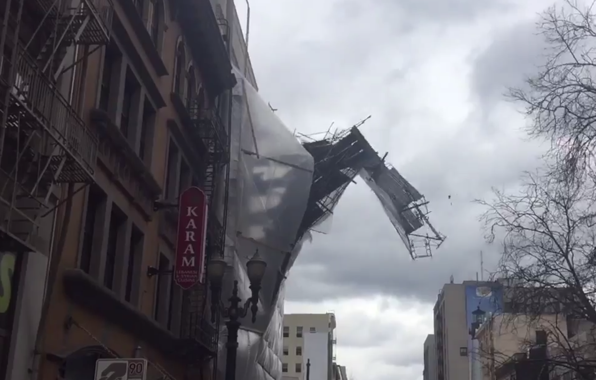 Scaffolding falling off building in downtown #portland due to high winds.  https://t.co/yyA3TfcR6a http://t.co/MHxH0q3d35
