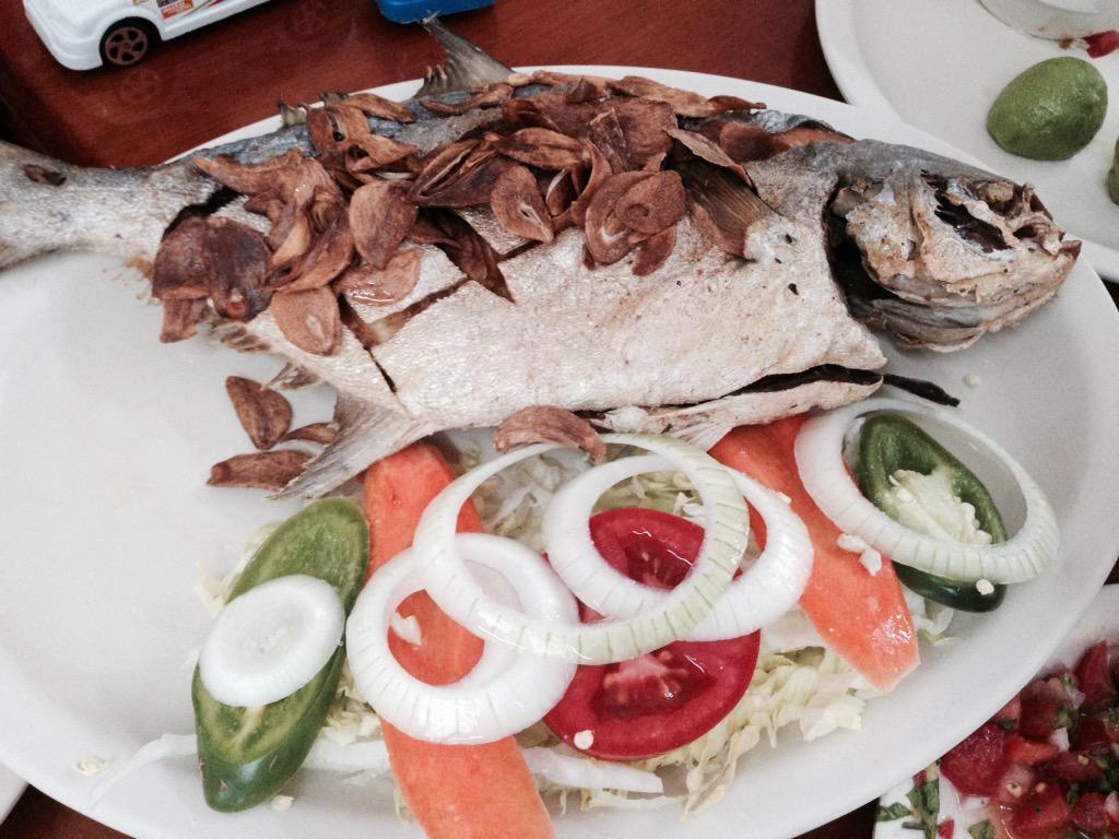 Disfrutando delicias veracruzanas, p?mpano al ajo cerrando el fin d semana sin faltar un Juanito Caminador #Veracruz http://t.co/XPblzUcX9v