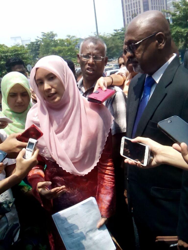 Naib President @n_izzah telah ditahan oleh polis sebentar tadi. http://t.co/RC95PfIclj