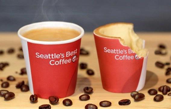 """この夏イギリスで発売開始予定の、""""食べられるコーヒーカップ""""! このカップの内側はホワイトチョコレートのコーティングとクッキー、外側は砂糖でできた食べられる紙で作られており、コーヒーを飲んだ後はカップまで食べられる商品です♪ http://t.co/wtT8Tp7wgQ"""