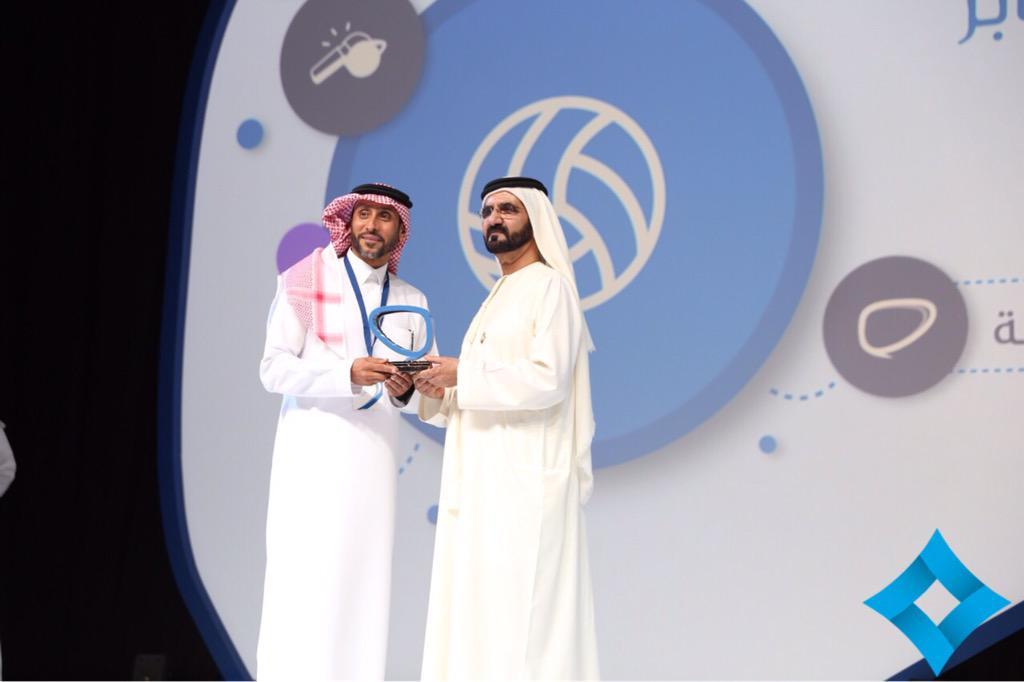 محمد بن راشد يكرم سامي الجابر بجائزة رواد التواصل الاجتماعي العرب عن فئة افضل شخصية رياضية @SamiAlJaber http://t.co/di4uli3khd