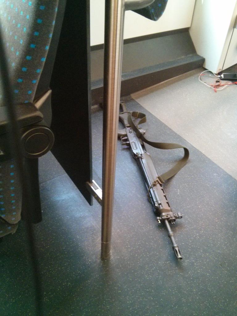 Les trains en Suisse... Le troufion a tellement confiance qu'il part au WC sans son arme... http://t.co/niHAsMsKwK