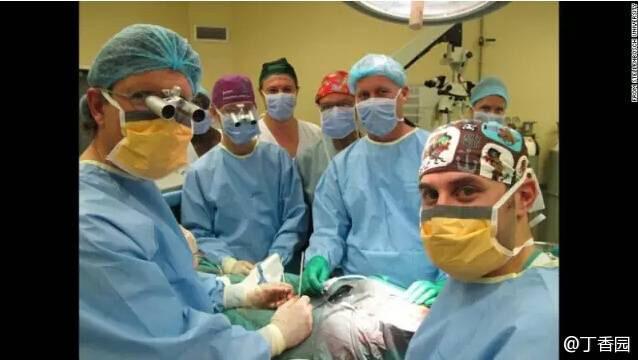 据 CNN 报道,南非斯泰伦博斯大学和Tygerberg 医院的医生宣布,3个月前进行的阴茎移植手术获得成功。实际上十年前在广州军区总医院胡卫列团队已经成功施行了世界首例异体阴茎移植手术,只因患者及妻子心理抵触,移植成功的阴茎又被切除 http://t.co/ScexrBIRAd