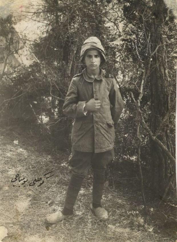 """#Tam100YılÖnce Genelkurmay arşivinden Çanakkale. Fotoğrafta 13 yaşında bir çocuk, notta """"Gönüllü bombacı"""" yazıyor http://t.co/DvYBpimLEL"""
