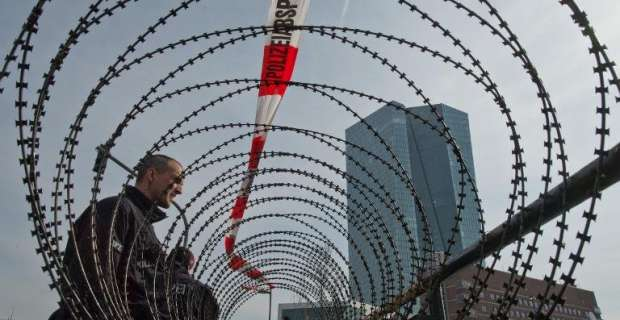 Η Ευρώπη λέει όχι στη λιτότητα έξω από την ΕΚΤ στην Φρανκφούρτη http://t.co/gTR530shUn #Blockupy #ECB http://t.co/V8PsAKHUnA