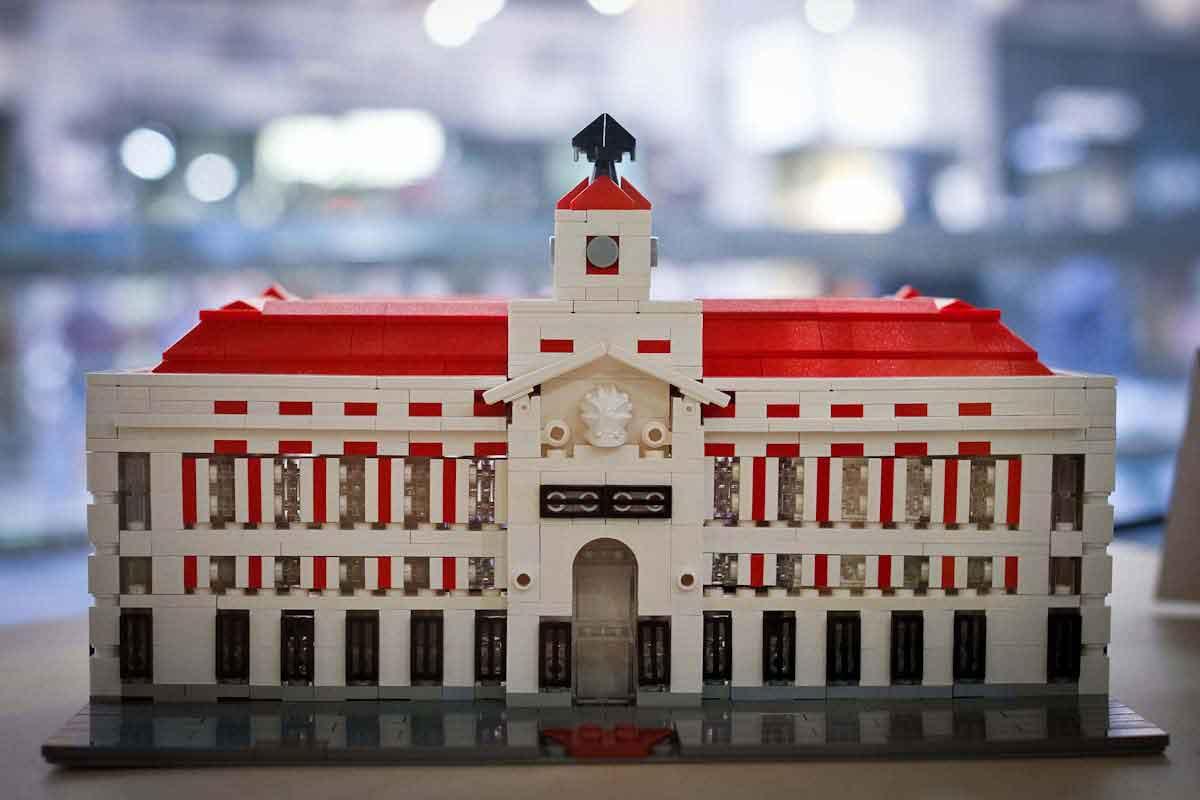 Treinta edificios emblemáticos de Madrid, en piezas de Lego. En el @Fnac_Callao http://t.co/NJ826a3uNP http://t.co/gg3B8qeQ3X