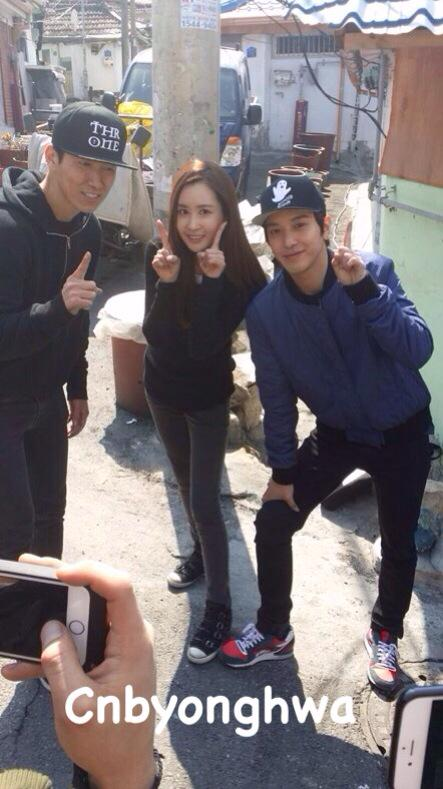 20150326 Kind hearted celebrities : Jung YongHwa, Sean & Lee Dae Hae took photo after coal briquette delivery #정용화 http://t.co/UTCI5fYtAN