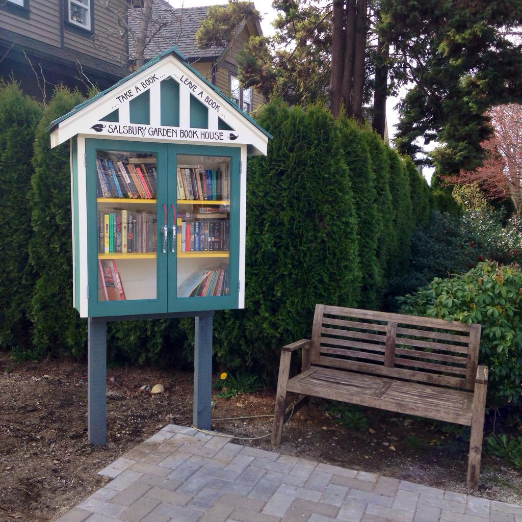 There's a sweet new free little library reading corner at Salisbury and Napier. I love East Van http://t.co/UOBREWkbp8
