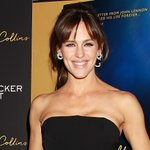 One of Jennifer Garner's kids pretended she was a mermaid to get carried around everywhere: http://t.co/yPkJNdlwUJ http://t.co/H0kpfxFgjH