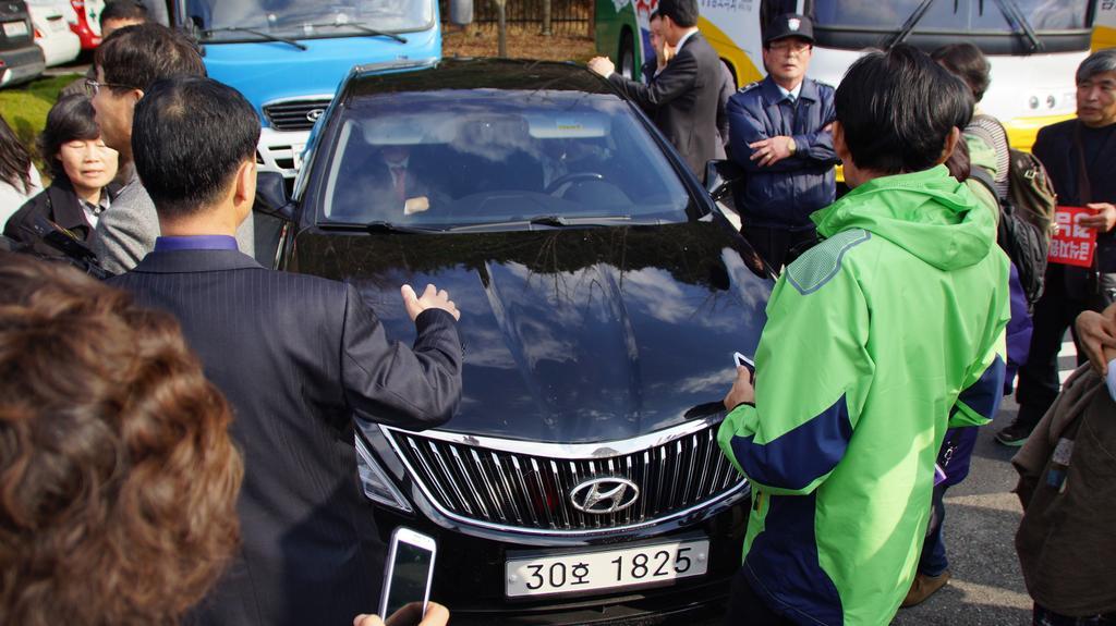 빠져나가는 도의원들을 취재하던 JTBC기자가  경찰의 제재를 받고 카메라가 파손되는 일도 있었습니다. 기자라고 소리쳐도 소용없네요 경남 경찰은 ㅡㅡ;; #무상급식 http://t.co/wlsQrDFpCm