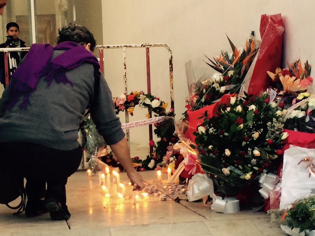 Devant le musée la foule déposé des fleurs et des bougies en hommage aux victimes de #BardoAttack #Tunisie http://t.co/Lbn8BAKqHQ