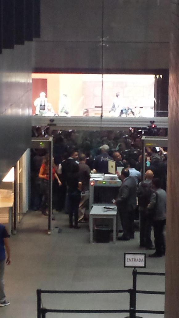 Se pide orden en el museo. Hay muchos medios y público que quieren entrar. #AristeguiSeQueda http://t.co/NCikBhk9gb