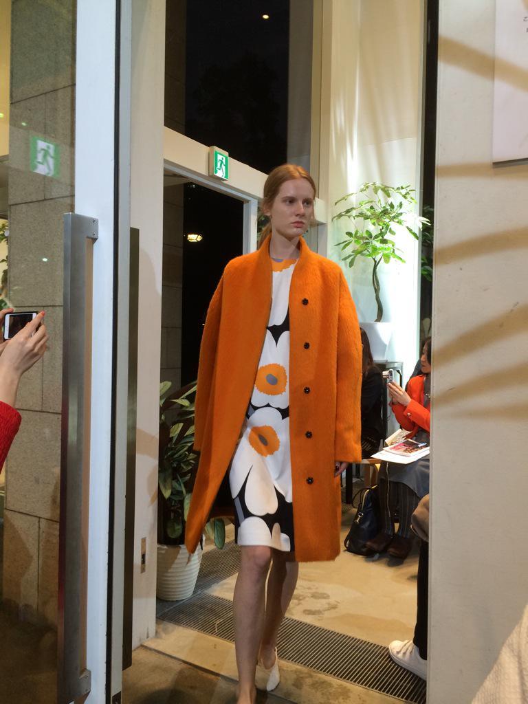 マリメッコの2015AW、ショーで話題だったのはウニッコの花芯と同じオレンジ色のコート #marimekko http://t.co/8VI2Gyd4wh