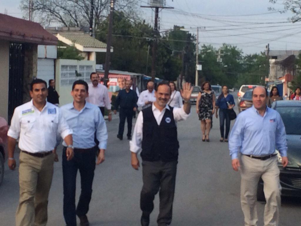 Candidato a la gubernatura @FelipeCantuR en recorrido por Gpe. en compañía de nuestro Pdte. Nacional @GustavoMadero http://t.co/mOKAQOLOIx