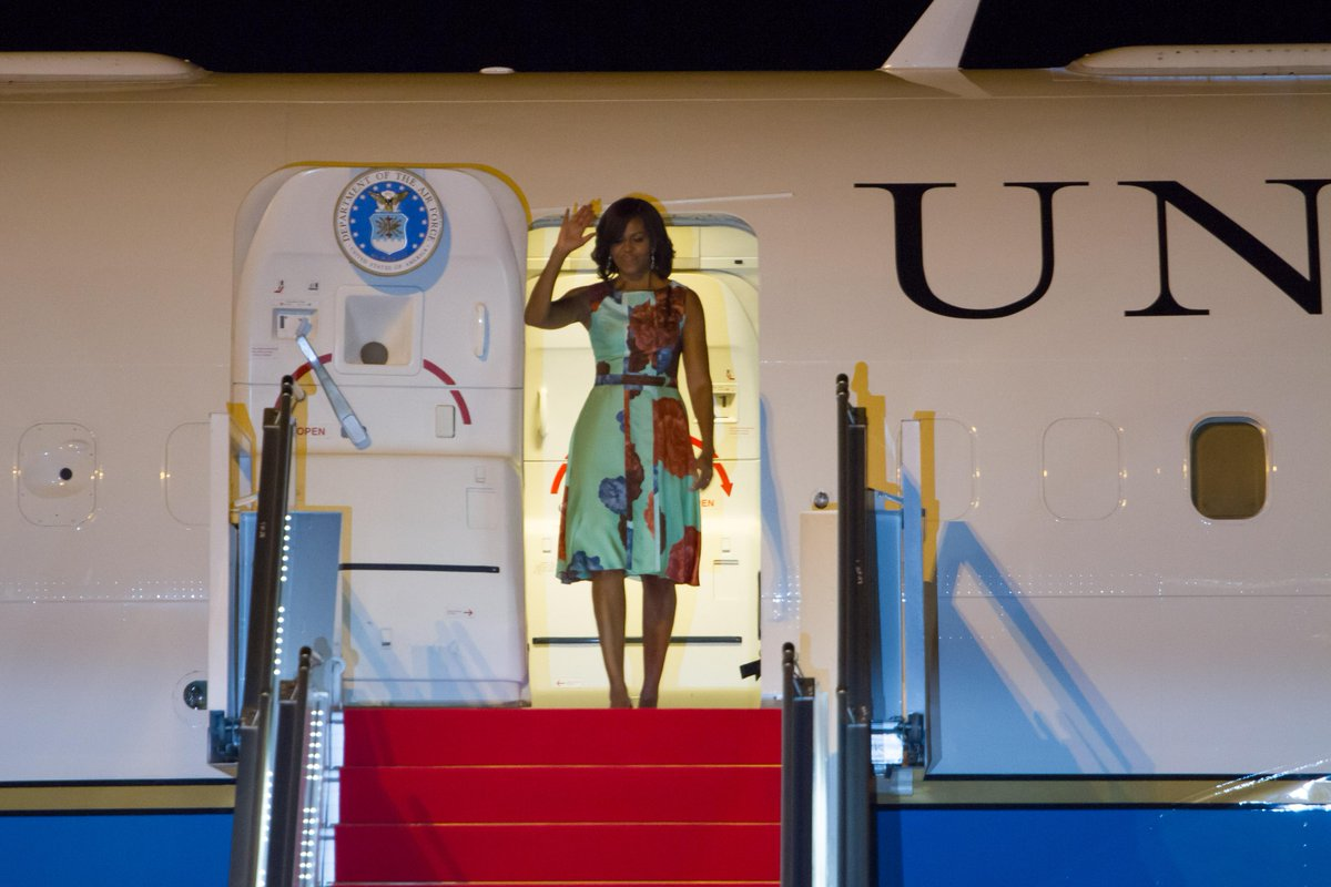 U.S. First Lady Michell Obama arrived in Siem Reap #Cambodia to promote girls education. #FLOTUSinCambodia http://t.co/ZPm9AtZ9HI