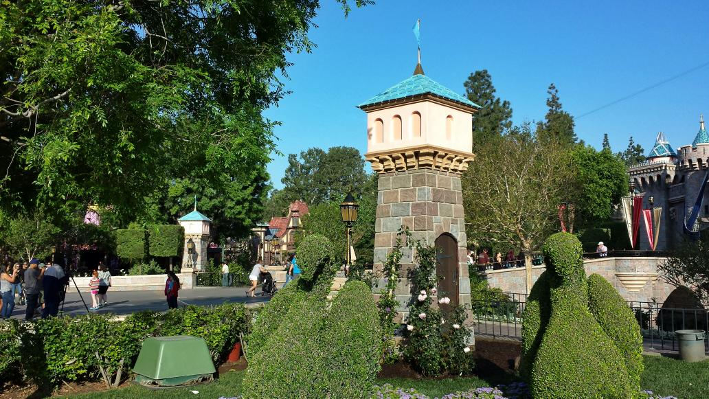 Two new towers have appeared in the forecourt of Sleeping Beauty Castle #Disneyland #Disneyland60 http://t.co/wjOkWVLeGR