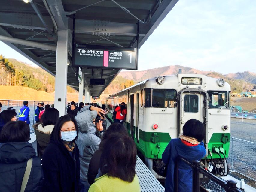 女川駅に列車がー! 震災から4年、やっとJR石巻線再開通です!!! 想いを乗せて、毎日走ります。 「普通」列車のサイン。 普通が戻ってくる。日常を取り戻す。 http://t.co/7zql5A6LOX