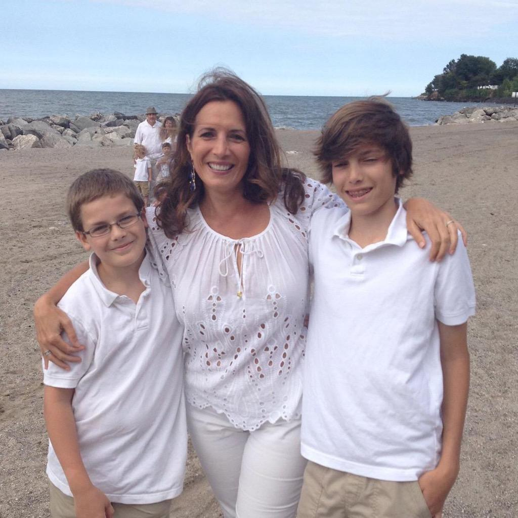 Extraordinary woman, mom, wife, reporter and friend died of a brain aneurysm. Heaven has an angel in Lisa Colagrossi. http://t.co/VvRIctNauI