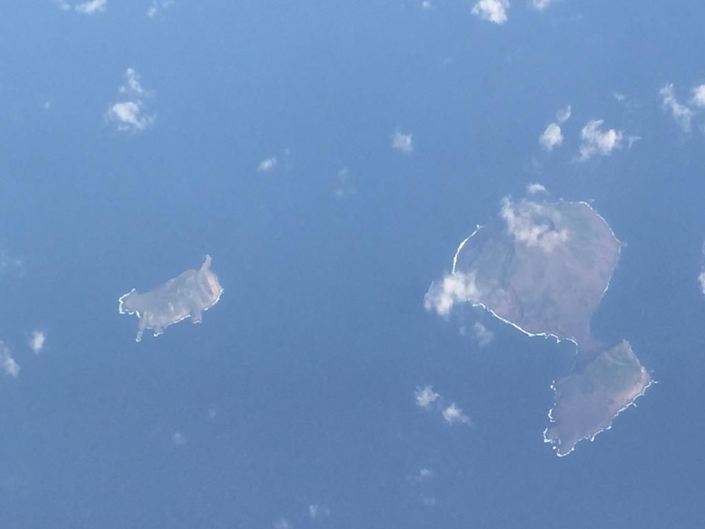 昨日、飛行機の上から太った猫みたいな形の島が見えた。調べてみたら奄美大島の近くにある上ノ根島という無人島らしい http://t.co/42ekEePtOH