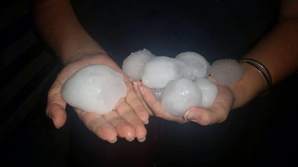 "Woah! ""@CaitlinTHolding: Dangerous storms producing huge hail on the Darling Downs. PIC taken Chinchilla. #WINNews http://t.co/nuuY5MNbfI"""