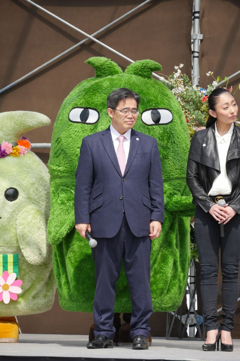 これでは、モリゾーが大村愛知県知事を背後から睨みつけているとしか見えないw http://t.co/aaq5dpmzkl