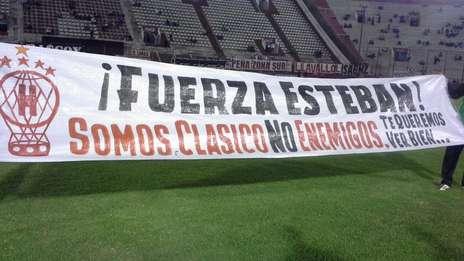 #Huracán salió a la cancha con una bandera dedicada al hincha de San Lorenzo que pelea por su vida http://t.co/TJE2z09DSQ