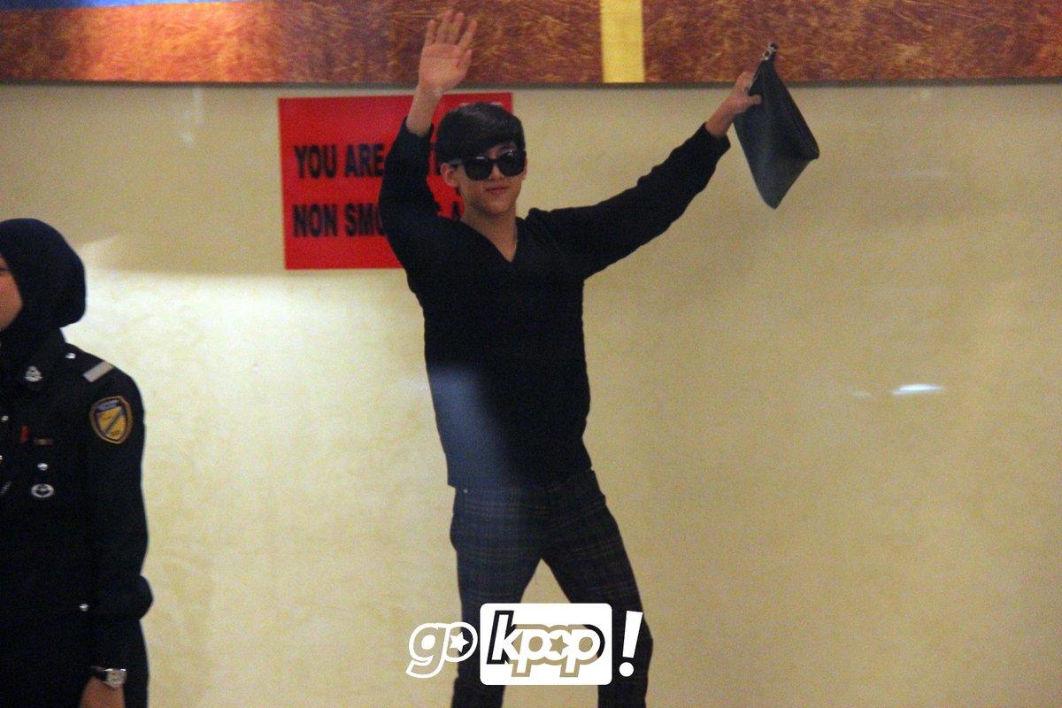 150321 GOT7 KLIA, MALAYSIA ---> KOREA #got7inkl ; Bambam the king of fan service http://t.co/JvopViLcSg