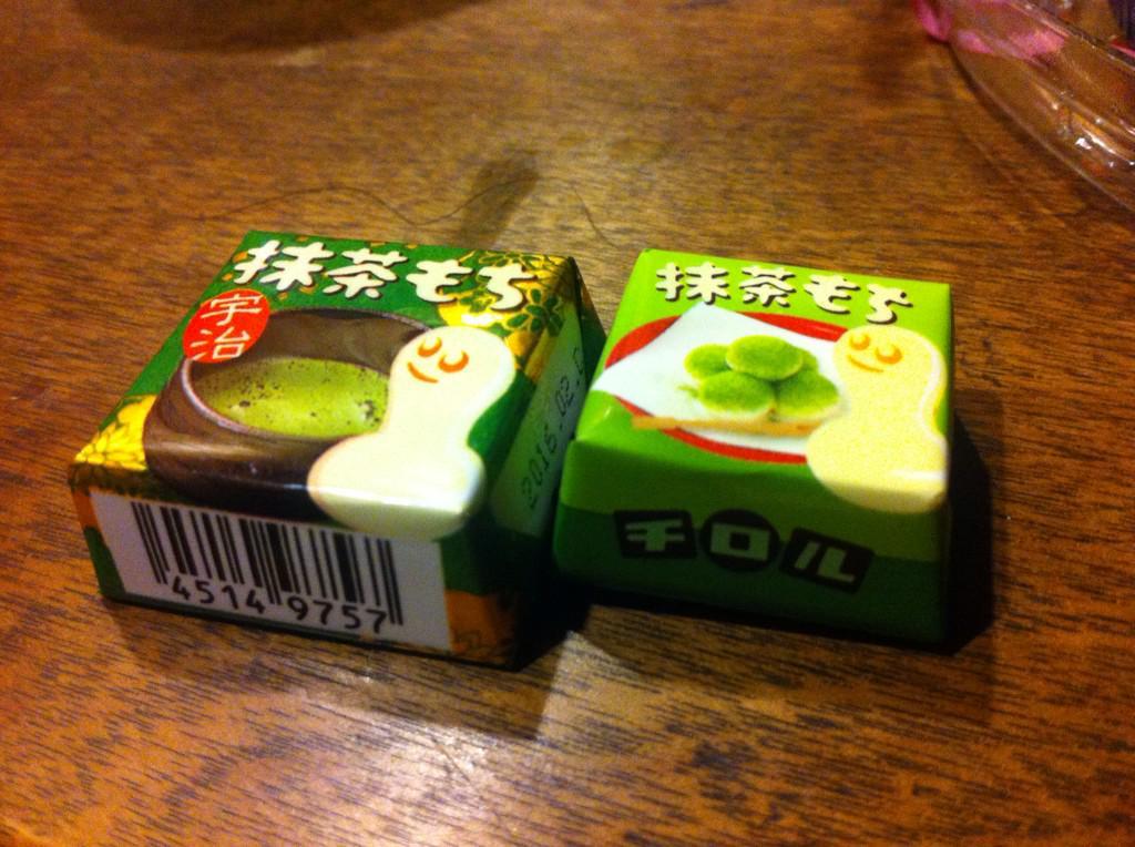 チロルチョコの抹茶もち、袋入りの小さい方は香料入りで抹茶感も少ない。 全く別物なのでお気をつけを。 http://t.co/RxtTX7k1ja