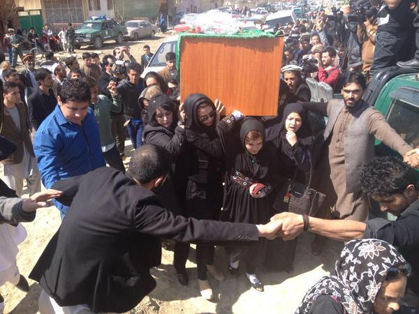 Extraordinary scenes in #Afghanistan Women insist on carrying #Farkhunda's coffin, men protect them http://t.co/avw3eAcUjq v @Jaminya