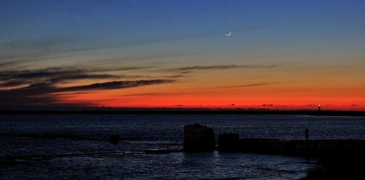 Молодой месяц над морем. Снято вчера, 21 марта, в Сочи, на центральной набережной http://t.co/i4LtaaO9jr