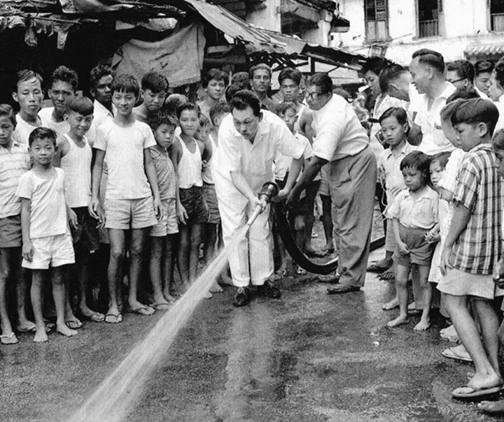 #rememberingleekuanyew 23 Nov 1959: Mr Lee led volunteers to spring clean Singapore. Read more http://t.co/8USdKIc0ca http://t.co/gK2TYZqAHg