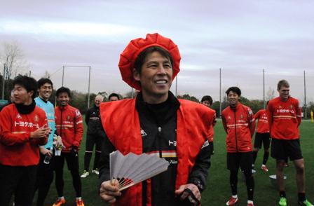 この姿を誰が想像したでしょうか。7日に還暦を迎えた西野監督に、選手たちからステキなプレゼントが贈られました。 http://t.co/YYBScRnk0w